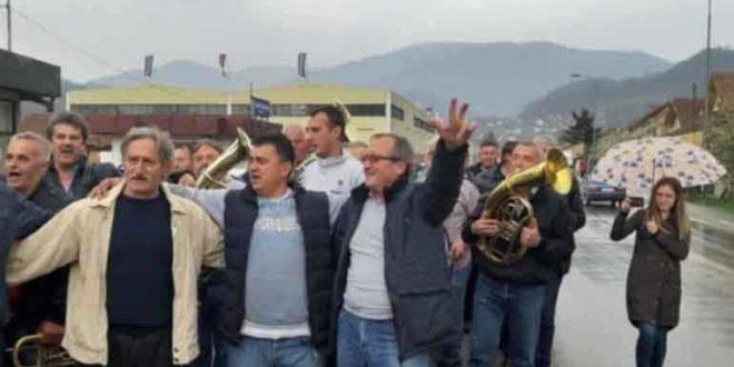 Радници фабрике из Ивањице после отказа фирму напустили уз музику! (видео) 1