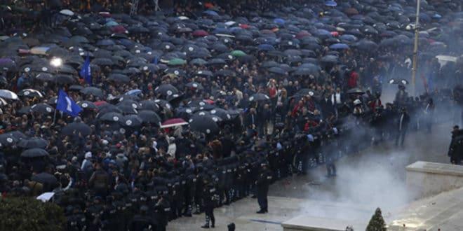 Албанија: Хиљаде демонстраната протестовало у Тирани, сукобили се са полицијом 1