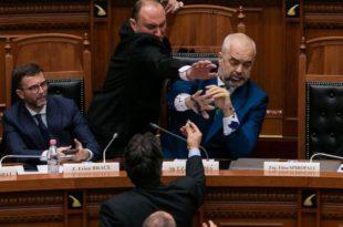 РАМА ГУБИ ВЛАСТ: Албанија је у стању државног удара 8