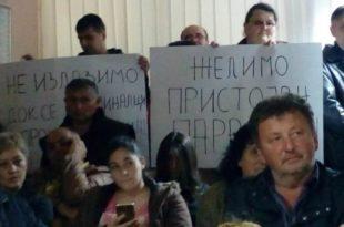 ТЕРОР! Напредњаци упали у скупштине Параћина и Шапца којима влада опозиција (видео)