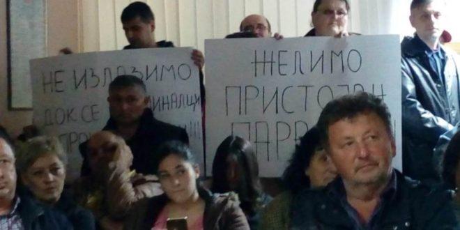 ТЕРОР! Напредњаци упали у скупштине Параћина и Шапца којима влада опозиција (видео) 1