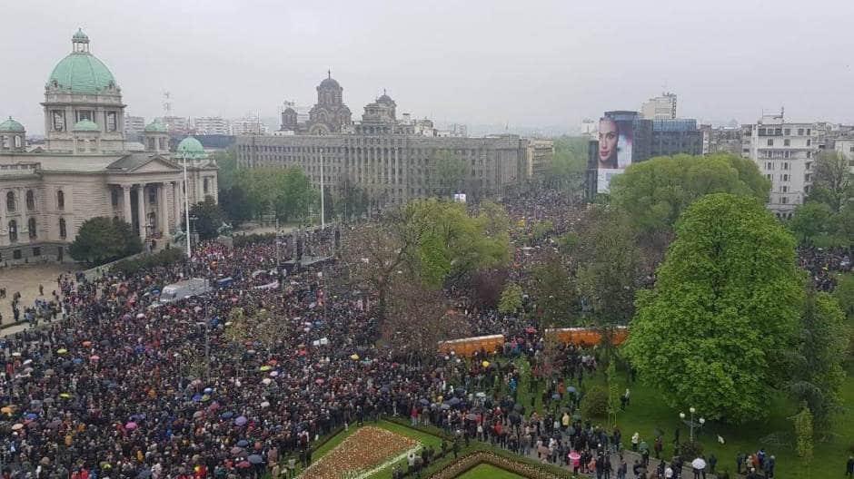 ПРСКО! Вучић и поред претњи и гомиле аутобуса окупио мање људи од опозиције! (фото) 3