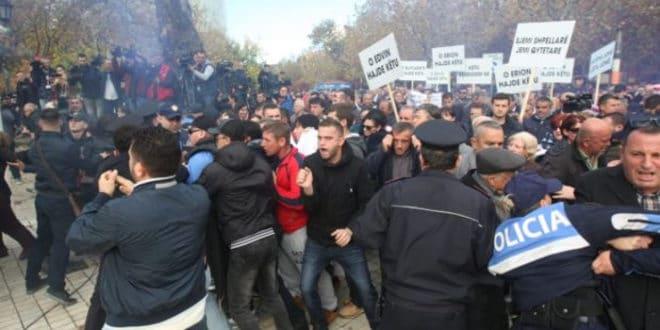 Сукоби полиције и демонстраната на протестима у Тирани 1