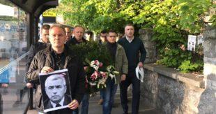 Лидери СзС положили венац с фотографијом Оливера Ивановића испред зграде Пинка (видео) 11