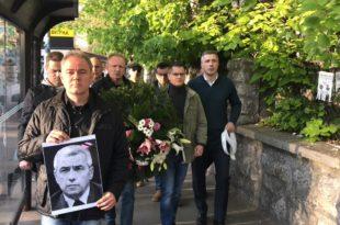 Лидери СзС положили венац с фотографијом Оливера Ивановића испред зграде Пинка (видео) 7