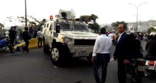 У Венецуели дошло до покушаја државног удара, али власт засад користи само сузавац 8