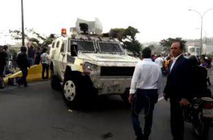 У Венецуели дошло до покушаја државног удара, али власт засад користи само сузавац