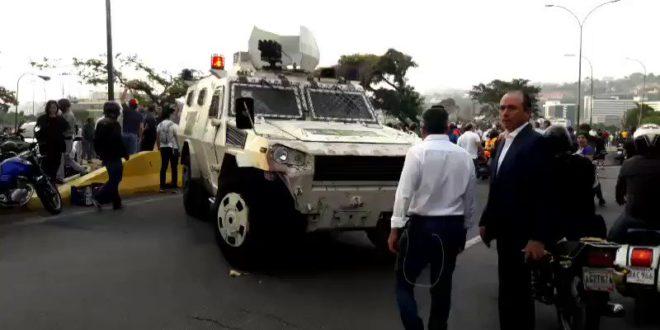 У Венецуели дошло до покушаја државног удара, али власт засад користи само сузавац 1