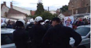 """Јаке полицијске снаге растерале групу навијача који су хтели упадну на фестивал """"Мирдита, добар дан"""" (видео) 3"""