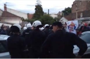 """Јаке полицијске снаге растерале групу навијача који су хтели упадну на фестивал """"Мирдита, добар дан"""" (видео) 13"""