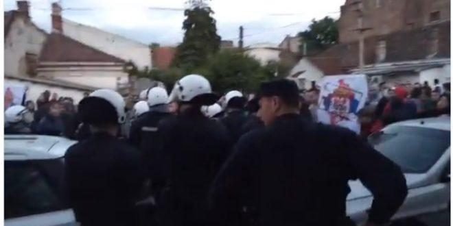 """Јаке полицијске снаге растерале групу навијача који су хтели упадну на фестивал """"Мирдита, добар дан"""" (видео) 1"""