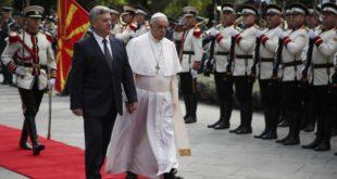Папа стигао у Скопље, служи мису на Тргу Македоније 7