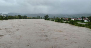 Поплаве у БиХ: 400 кућа под водом, покренута клизишта