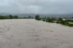 Поплаве у БиХ: 400 кућа под водом, покренута клизишта 5