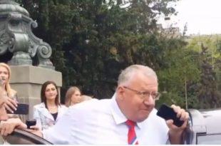 Вучић послао Шешеља да провоцира народ окупљен испред скупштине (видео)