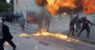 Жестоки протести у Албанији, опозиција молотовљевим коктелима засула власт (видео) 9