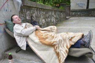 ПРОФЕСОР ШТРАЈКУЈЕ ГЛАЂУ: На тротоару чека повратак у школу