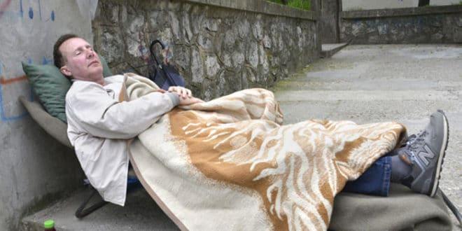 ПРОФЕСОР ШТРАЈКУЈЕ ГЛАЂУ: На тротоару чека повратак у школу 1