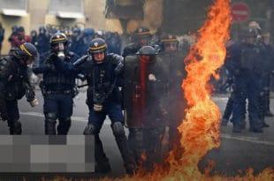 Жестоки сукоби демонстраната и полиције на улицама Париза, за сада 165 ухапшених (видео)