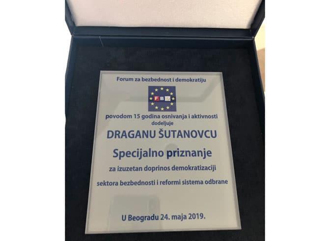ТРАВЕСТИЈА! Драган Шутановац добио награду за реформу војске 2