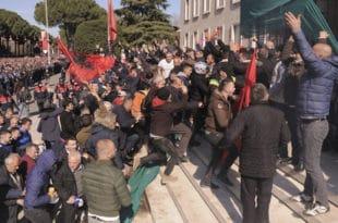 Еди Рама води Албанију у грађански рат!