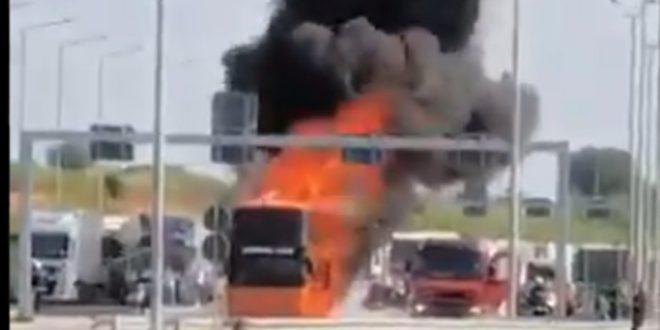 Драматични призори на граници: Запалио се новосадски аутобус пун путника (видео) 1