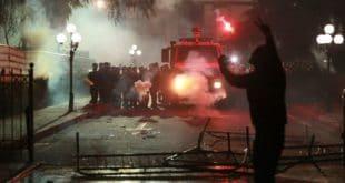 Хаос у Тирани: Демонстранти кроз сузавац јуришали на парламент, има повређених (видео) 9