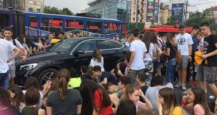 """ХАОС У БЕОГРАДУ: Полиција изашла да """"брани град"""" ОД ЂАKА, РОДИТЕЉИ СЕ ПРИДРУЖУЈУ, грађани поздрављају децу! 5"""