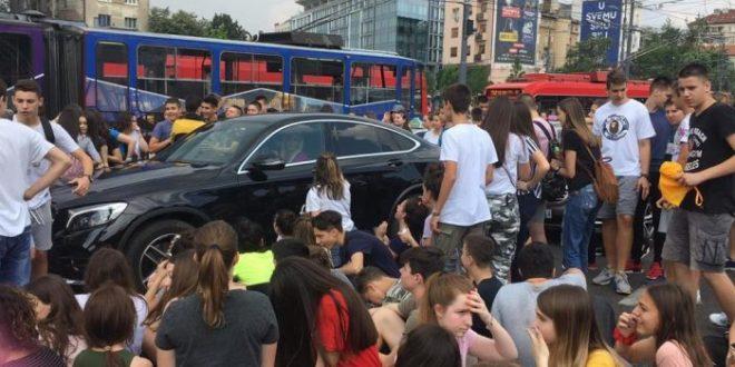 """ХАОС У БЕОГРАДУ: Полиција изашла да """"брани град"""" ОД ЂАKА, РОДИТЕЉИ СЕ ПРИДРУЖУЈУ, грађани поздрављају децу!"""