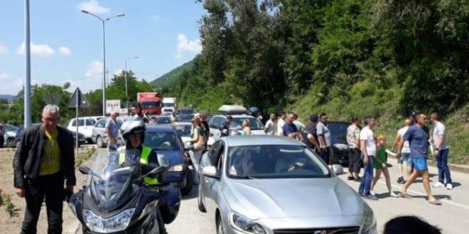 Радници поново блокирали пут Ниш-Приштина, саобраћај у прекиду више од 3 сата! 1