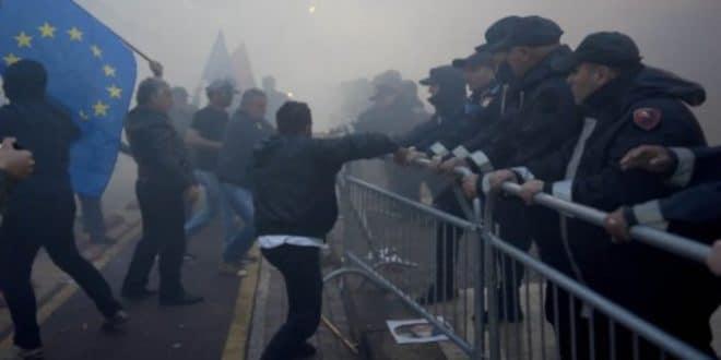 НАПЕТО У АЛБАНИЈИ: Опсадно стање снага безбедности због протеста опозиције 1