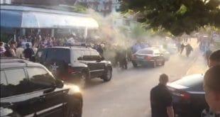 Шиптари камењем засули конвој аутомобила Едија Раме (видео)