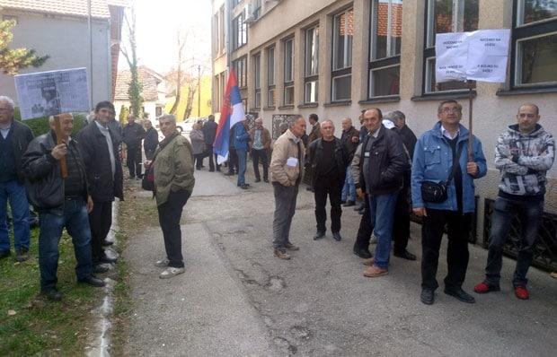 Ово је ваљда РЕKОРД: Радници у Чачку 16-ти ПУТ одбранили своју фабрику од извршилаца!