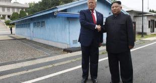Трамп и Ким се руковали затим неколико корака ушли на територију Северне Кореје