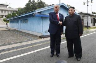 Трамп и Ким се руковали затим неколико корака ушли на територију Северне Кореје 1