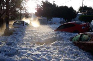 Мексико: У Гваладахари у току олује нападало 1,5 метар града и леда (видео)