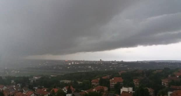 НЕВРЕМЕ ТУТЊИ СРБИЈОМ: Лозница без струје, У Шапцу падале фасаде, у Новом Саду дрвеће унуштило аутомобиле, летели контејнери (видео) 1