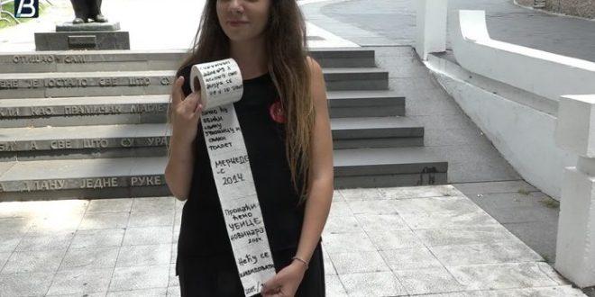 Студенти испред Председништва приказали Вучићеве лажи на тоалет папиру 1
