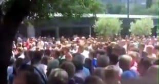Мостар: Радници напали Драгана Човића и бацали флаше, има повређених (видео) 8