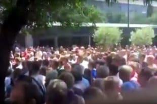 Мостар: Радници напали Драгана Човића и бацали флаше, има повређених (видео) 1