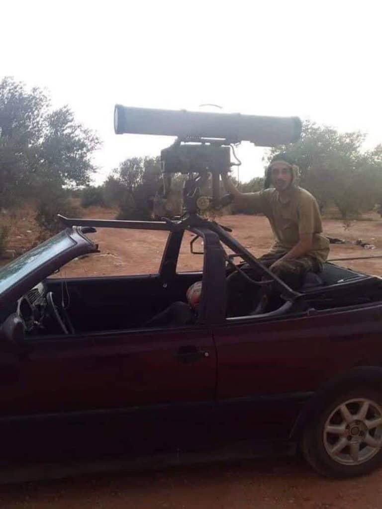 """ЛИБИЈСКА КРЕАТИВНОСТ: Војници Халифе Хафтара монтирали руски """"Корнет-Е"""" на Volkswagen Golf 3 кабриолет 1"""