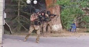 Упад полиције у резиденцију бишег председника Киргистана Атамбајева кога хапсе због корупције (видео) 6