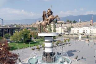 КАКАВ СЈЕБ! Македонци у центру Скопља подигли споменик прослављеном Грку! :) 10