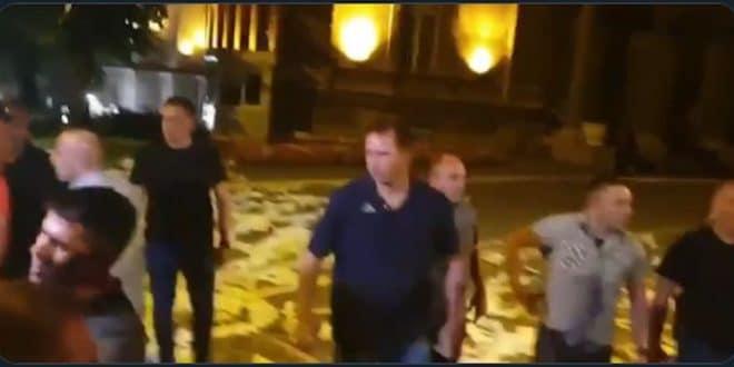 Погледајте како некада елитна јединица војске данас брани Вучићеву ограду од народа (видео) 1