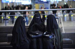 Холандија забранила бурке и хиџаб у јавним зградама