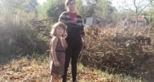 Србија: Мајка и петогодишња девојчица живе у трошној кући од блата (видео) 10
