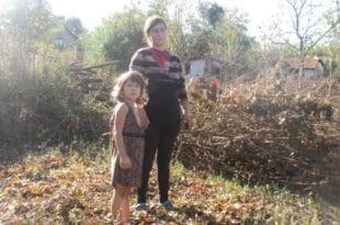 Србија: Мајка и петогодишња девојчица живе у трошној кући од блата (видео) 3