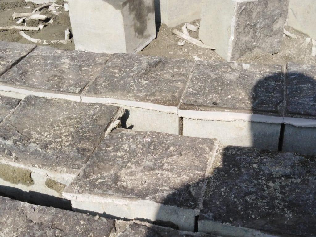 """Два пута реновирана """"гранитна коцка"""" на Тргу Републике се буквално распада (фото, видео)"""
