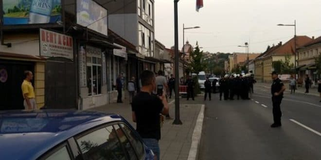 Ваљевци спречили шетњу хомосексуалаца градом (видео)