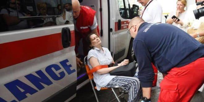 Полиција сломила жени руку приликом принудног исељења, везану је одвезли у хитну (фото) 1